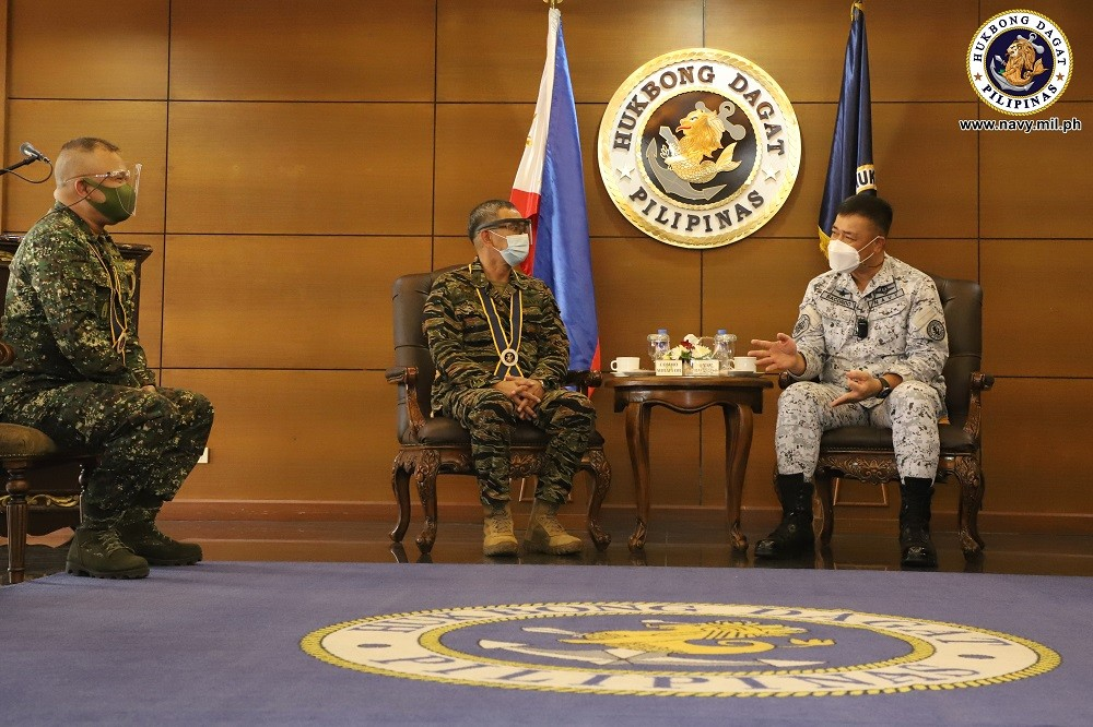 Image Title: 2 newly promoted flag and general officers pay courtesy to Navy chief